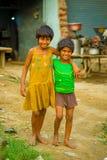 斋浦尔,印度- 2017年9月20日:微笑两个美丽的女孩画象拥抱和,穿一件黄色肮脏的女衬衫 库存照片