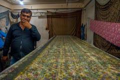 斋浦尔,印度- 2017年9月19日:未认出的人在有木刻版印刷的一间屋子里纺织品的在印度 封锁 免版税库存图片