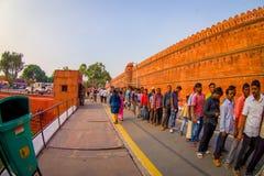斋浦尔,印度- 2017年9月19日:等待在线的未认出的人民参观德里红堡寺庙在德里,印度 免版税库存图片