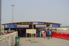 斋浦尔,印度- 2017年9月19日:线的未认出的人在准备好的寺庙的输入参观 免版税库存照片