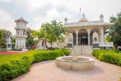 斋浦尔,印度- 2017年9月19日:美丽的复杂大厦在有一个华美的围场的斋浦尔市有喷泉的 库存照片