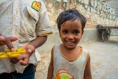 斋浦尔,印度- 2017年9月20日:美丽的小男孩画象,微笑对在街道的照相机在斋浦尔 库存图片