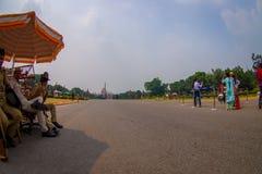 斋浦尔,印度- 2017年9月26日:警察在政府大厦的输入的一把伞下  库存照片