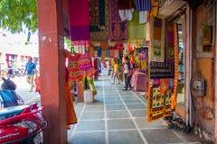 斋浦尔,印度- 2017年9月20日:走在一个布料市场里面的未认出的人民在斋浦尔,位于拉贾斯坦 免版税库存照片