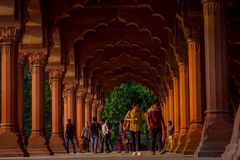 斋浦尔,印度- 2017年9月19日:走在回教建筑学细节里面的未认出的人民Diwan我是或者 免版税库存图片