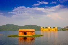 斋浦尔,印度- 2017年9月20日:Jal玛哈尔人Sagar湖的水宫殿美丽的景色在斋浦尔,拉贾斯坦 库存照片