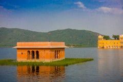 斋浦尔,印度- 2017年9月20日:Jal玛哈尔人Sagar湖的水宫殿美丽的景色在斋浦尔,拉贾斯坦 库存图片