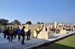 斋浦尔,印度- 2014年12月29日:人参观Jantar Mantar观测所在斋浦尔 免版税库存图片