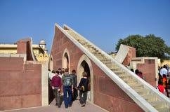 斋浦尔,印度- 2014年12月29日:人参观Jantar Mantar观测所 库存图片