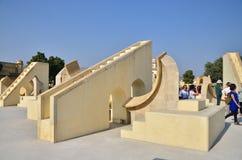 斋浦尔,印度- 2014年12月29日:人参观Jantar Mantar观测所 库存照片