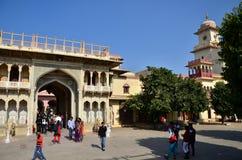 斋浦尔,印度- 2014年12月29日:人们参观城市宫殿,斋浦尔 库存图片