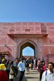 斋浦尔,印度- 2014年12月29日:人们在斋浦尔参观城市宫殿 图库摄影