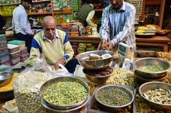 斋浦尔,印度- 2014年12月29日:卖香料的未认出的印地安人在Indra市场在斋浦尔 免版税库存图片