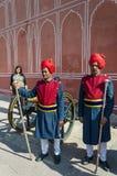 斋浦尔,印度- 2014年12月29日:在传统礼服的两卫兵在城市宫殿,斋浦尔 库存图片
