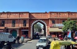 斋浦尔,印度- 2014年12月29日:在桃红色城市的街道上的印地安人民 免版税库存图片