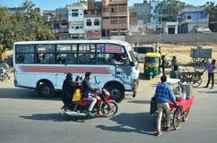斋浦尔,印度- 2014年12月30日:在桃红色城市的街道上的印地安人民 免版税库存照片