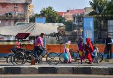 斋浦尔,印度- 2014年12月30日:在桃红色城市的街道上的印地安人民 图库摄影