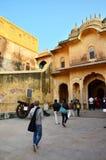 斋浦尔,印度- 2014年12月30日:旅游参观传统建筑学, Nahargarh堡垒在斋浦尔 图库摄影