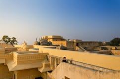 斋浦尔,印度- 2014年12月30日:旅游参观传统建筑学, Nahargarh堡垒在斋浦尔 库存图片