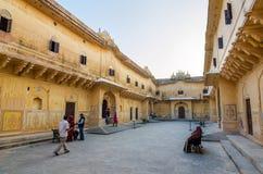 斋浦尔,印度- 2014年12月30日:旅游参观传统建筑学, Nahargarh堡垒在斋浦尔 免版税库存照片