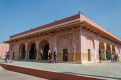 斋浦尔,印度- 2014年12月29日:旅游参观城市宫殿在斋浦尔,印度 库存图片