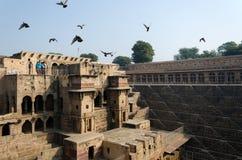 斋浦尔,印度- 2014年12月30日:旅游参观Chand Baori Stepwell,斋浦尔 图库摄影