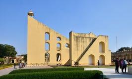 斋浦尔,印度- 2014年12月29日:旅游参观Jantar Mantar观测所在斋浦尔,印度 库存图片