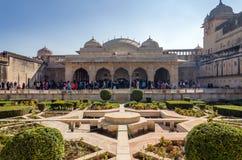 斋浦尔,印度- 2014年12月29日:旅游参观Sukh Niwas琥珀色的堡垒的第三个庭院 库存图片
