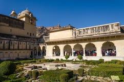 斋浦尔,印度- 2014年12月29日:旅游参观Sukh Niwas琥珀色的堡垒的第三个庭院 免版税库存图片