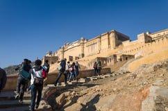 斋浦尔,印度- 2014年12月29日:旅游在斋浦尔附近的参观琥珀色的堡垒 图库摄影