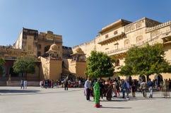 斋浦尔,印度- 2014年12月29日:旅游在斋浦尔,拉贾斯坦,印度附近的参观琥珀色的堡垒 免版税图库摄影