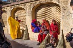 斋浦尔,印度- 2014年12月29日:有传统礼服的印地安妇女在琥珀色的堡垒 免版税库存照片