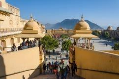斋浦尔,印度- 2014年12月29日:游人在斋浦尔参观琥珀色的堡垒 库存照片