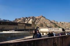 斋浦尔,印度- 2014年12月29日:游人在斋浦尔附近参观琥珀色的堡垒 库存照片