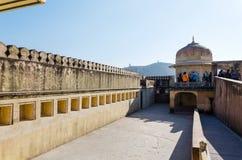 斋浦尔,印度- 2014年12月29日:游人在斋浦尔,拉贾斯坦参观琥珀色的堡垒 免版税图库摄影