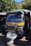 斋浦尔,印度- 2014年12月29日:自动人力车在琥珀色的堡垒附近乘出租车 库存照片