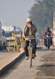 斋浦尔,印度- 2014年12月30日:骑一辆自行车的印地安人民在斋浦尔 免版税图库摄影