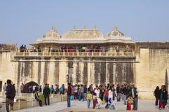 斋浦尔,印度- 1月05 :琥珀色的堡垒的许多游人 免版税库存照片