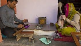 """斋浦尔,拉贾斯坦,印度†""""DEC, 2016年:做增殖比的印地安珠宝商 图库摄影"""