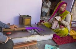"""斋浦尔,拉贾斯坦,印度†""""DEC, 2016年:做增殖比的印地安珠宝商 免版税库存图片"""