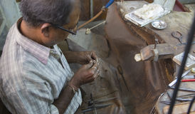 """斋浦尔,拉贾斯坦,印度†""""DEC, 2016年:印地安的珠宝商做 免版税库存照片"""