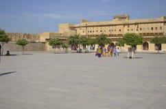 斋浦尔,拉贾斯坦,印度:琥珀色的堡垒庄严庭院在斋浦尔,享受宫殿的建筑学的游人 免版税库存图片
