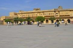斋浦尔,拉贾斯坦,印度:琥珀色的堡垒庄严庭院在斋浦尔,享受宫殿的建筑学的游人 库存图片