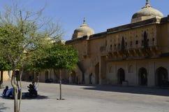 斋浦尔,拉贾斯坦,印度:琥珀色的堡垒庄严庭院在斋浦尔,享受宫殿的建筑学的游人 免版税库存照片