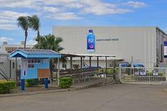 斐济水装瓶了水工厂在维提岛,有蓝色项目安全委员会的斐济北部  免版税图库摄影