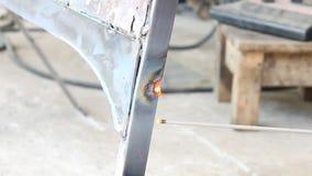 斑点电弧焊接汽车零件:电棍子电弧焊接 影视素材