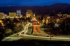斑纹carlights在博伊西爱达荷夜城市 免版税库存照片