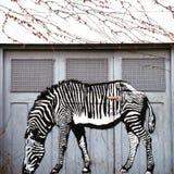 斑马在车库门的街道艺术 免版税库存图片