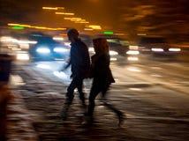 斑马线的繁忙的城市街道人民 免版税库存照片
