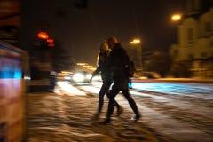 斑马线的繁忙的城市街道人民 免版税库存图片